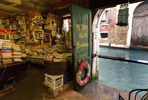 Libreria Acqua Alta di Venezia: una delle librerie più belle del mondo