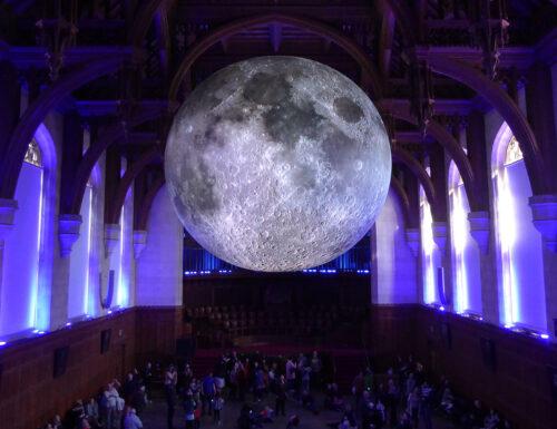 """Museum of the moon"": la luna gigante dell'artista Luke Jerram"
