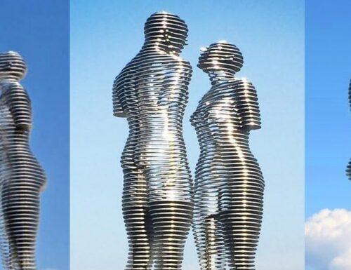 Ali e Nino: le gigantesche statue che ogni sera si riuniscono in un romantico abbraccio